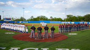 野球場で整列している選手と審判たち