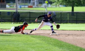 2塁ベースに飛び込むランナーとボールをキャッチしようとする内野守備選手