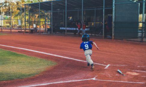 小さい子がヒットを打って走っている
