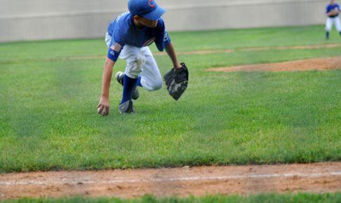野球の守備をする少年