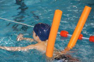 水泳を習う子供