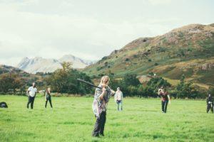 草原で野球を楽しむ人たち