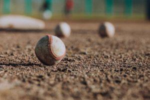 野球グラウンドに落ちているボール